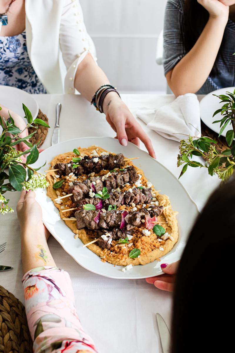 spiedini di manzo marinati con hummus e couscous - menù mediorientale festa della donna