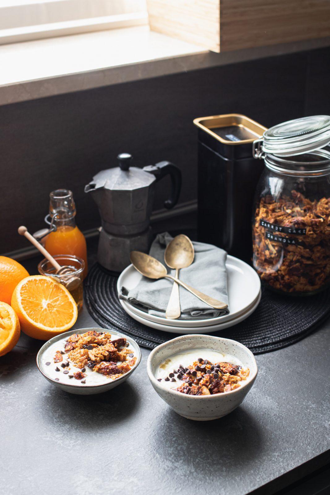 granola senza burro fatta in casa al gusto torta di carota con pochi zuccheri per una prima colazione sana