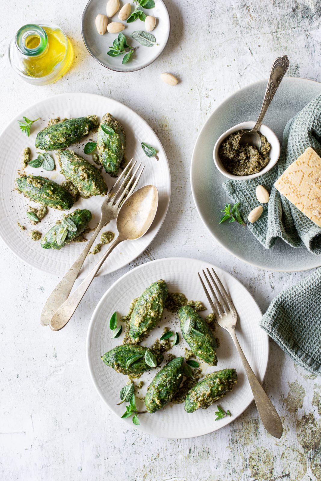 Malfatti agli spinaci con pesto di erbe aromatiche