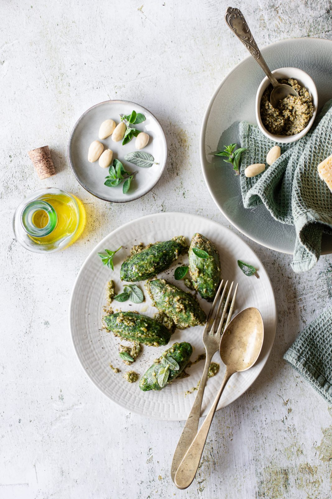 malfatti agli spinaci e ricotta conditi con pesto di erbe aromatiche