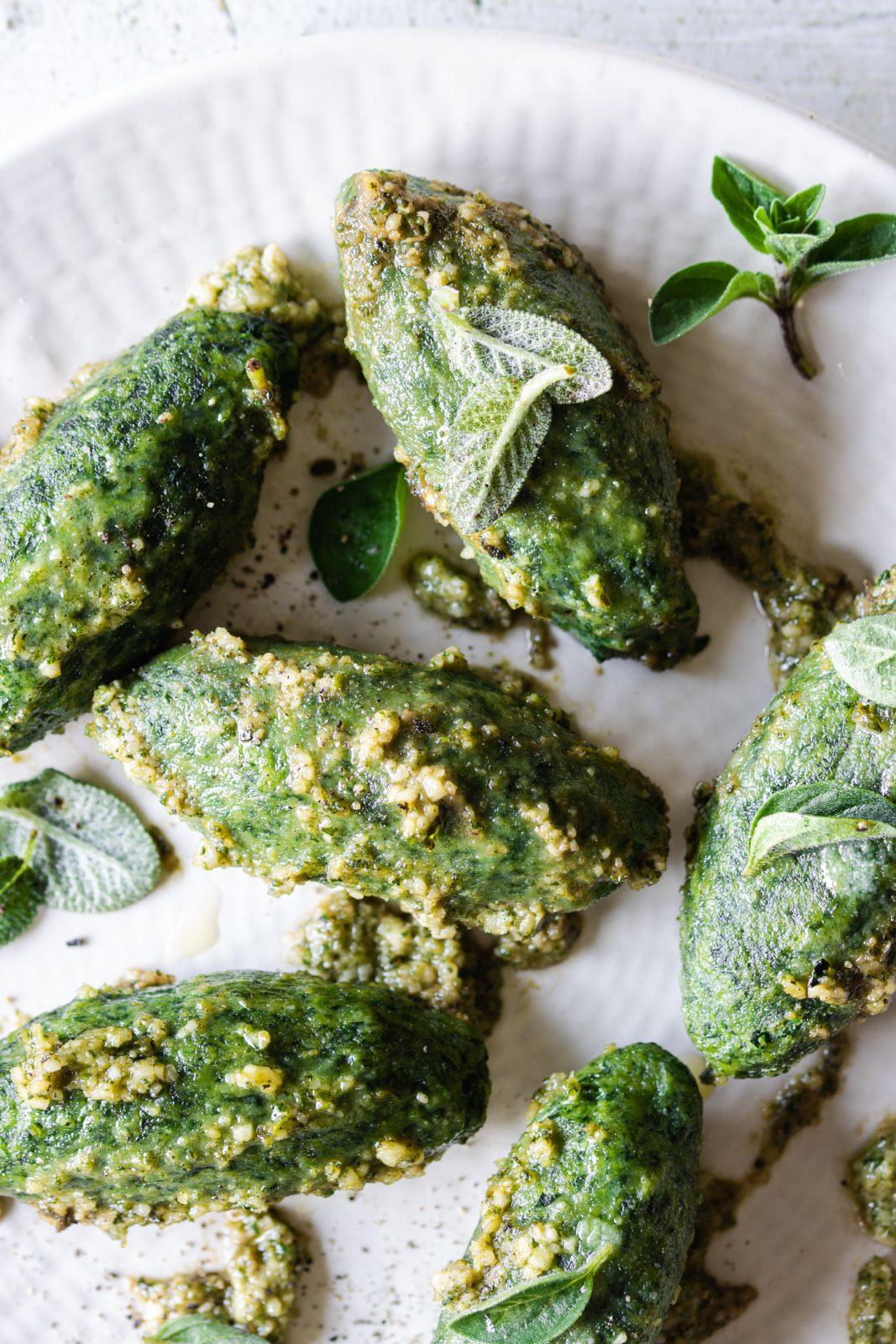 dettaglio di malfatti agli spinaci e ricotta conditi con pesto di erbe aromatiche