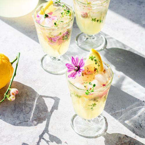 limonata senza zucchero ai fiori e timo