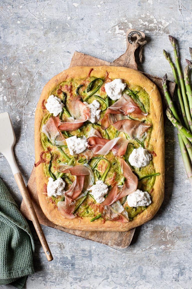 pizza bianca in teglia con burrata, asparagi, speck e crema di piselli
