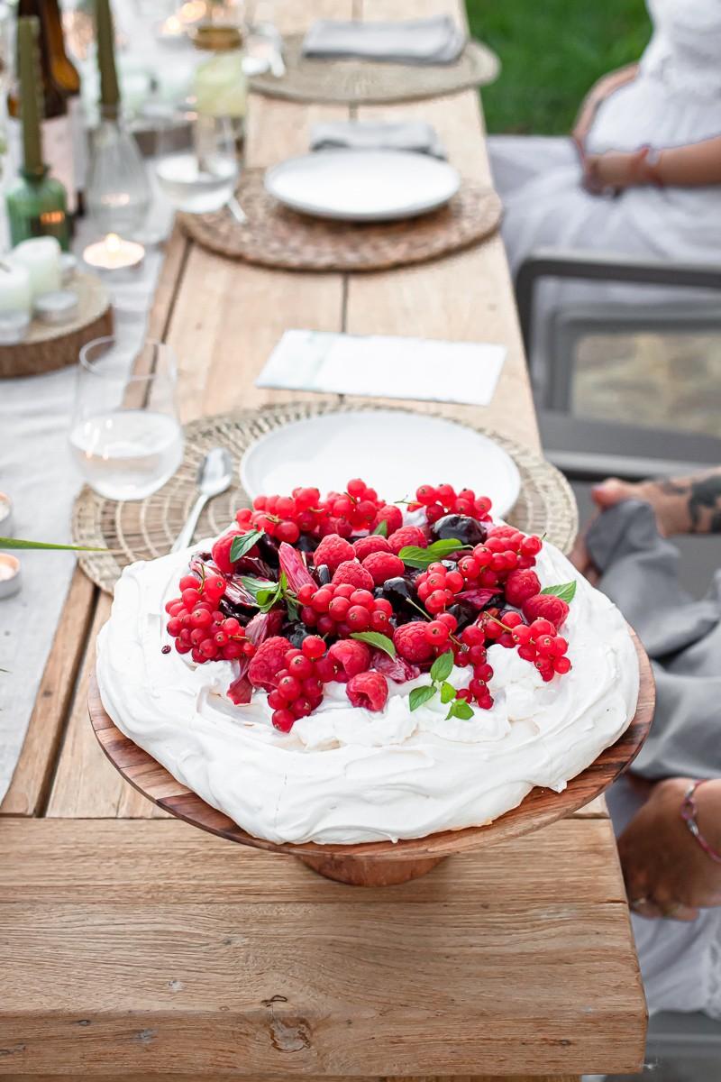 pavlova al rabarbaro arrostito e frutti rossi
