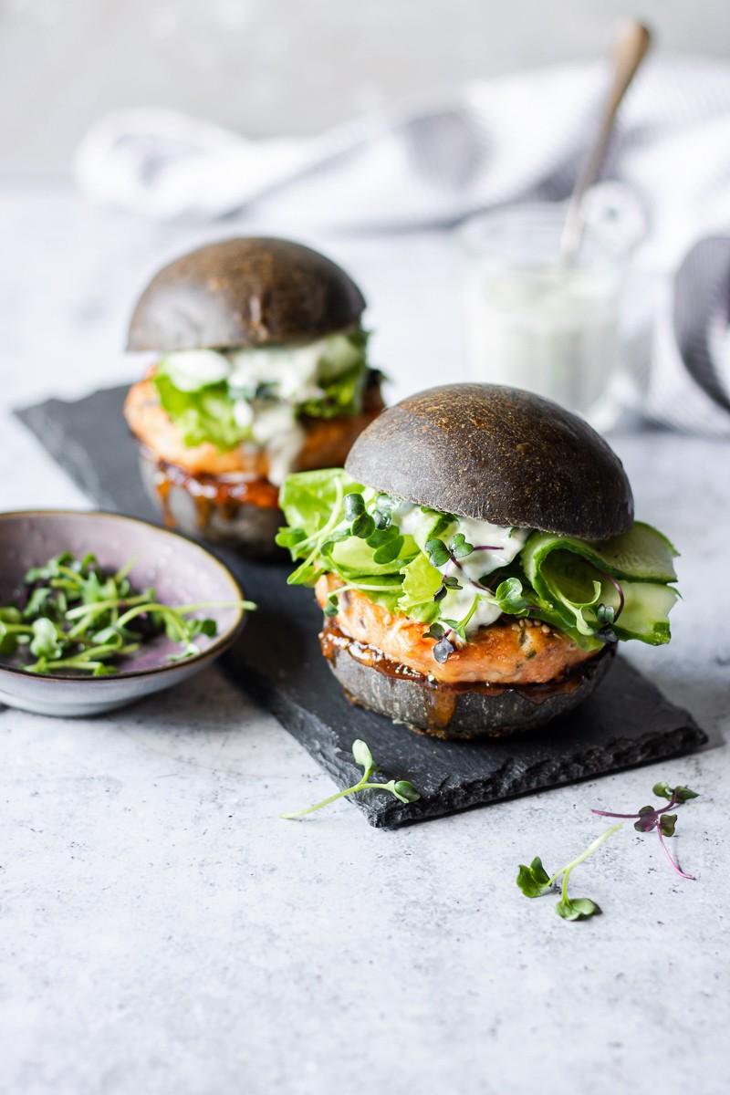 Hamburger di salmone con salsa allo yogurt