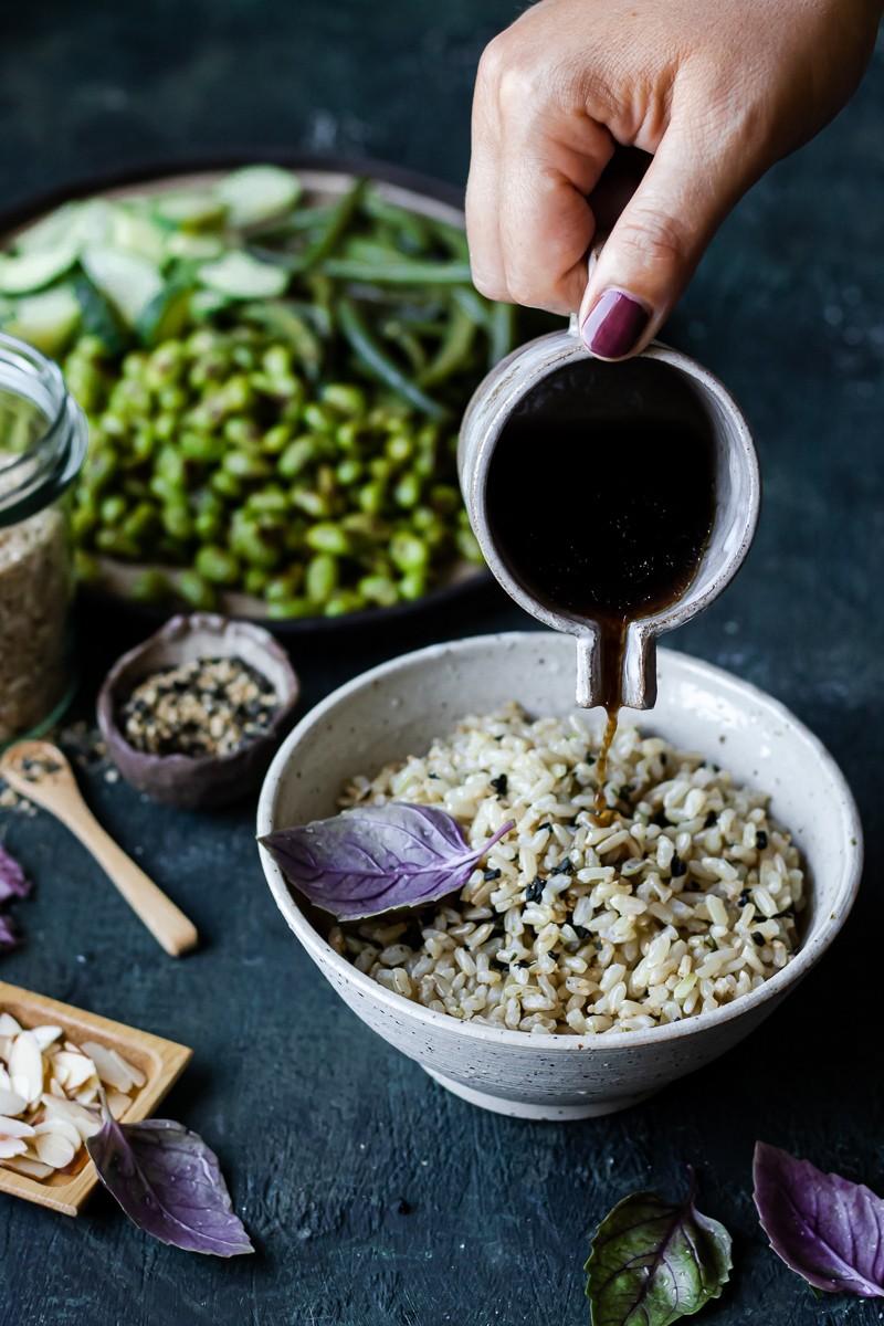 salsa versata sul riso integrale