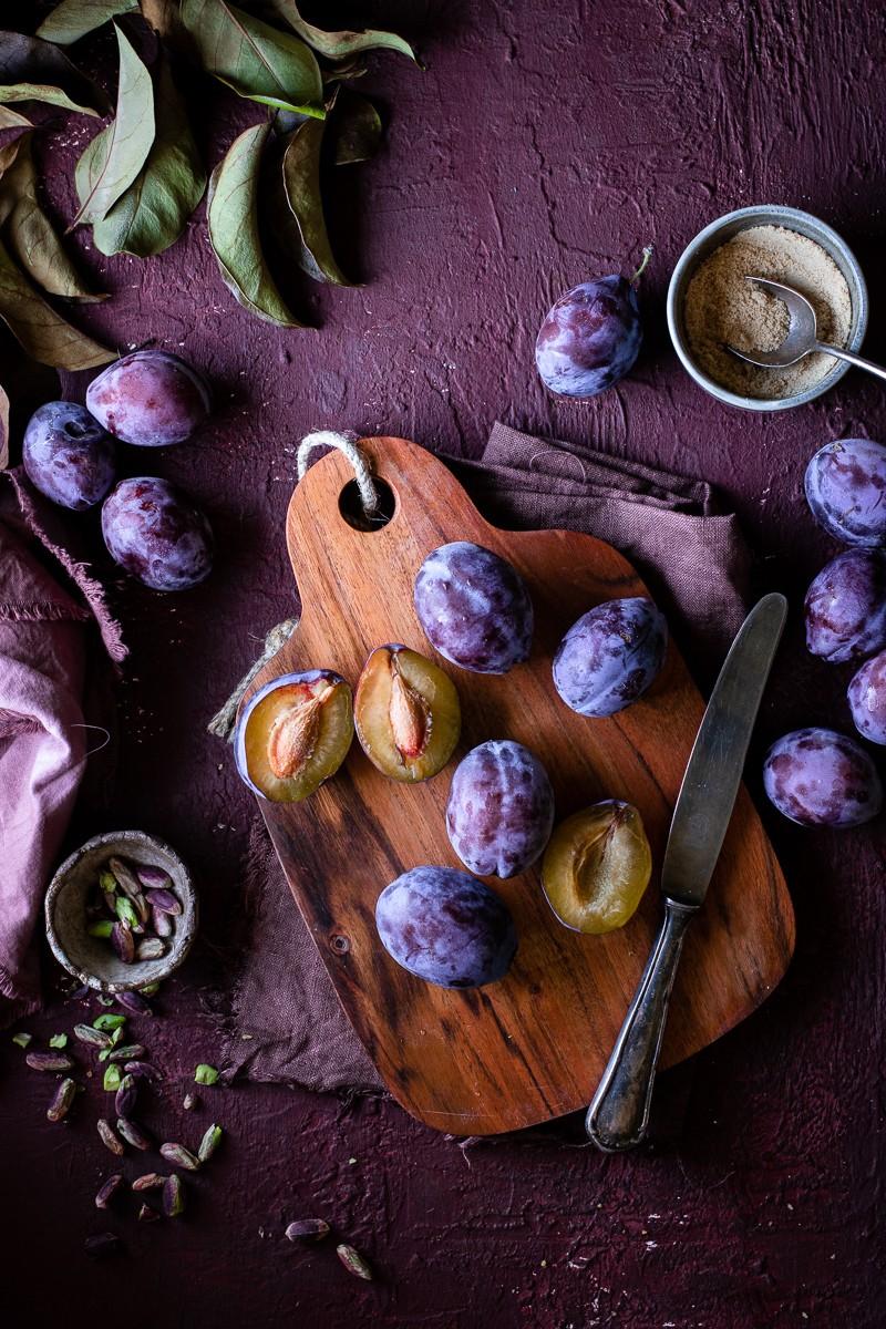 tagliere di prugne fresche per preparare una torta morbida senza burro