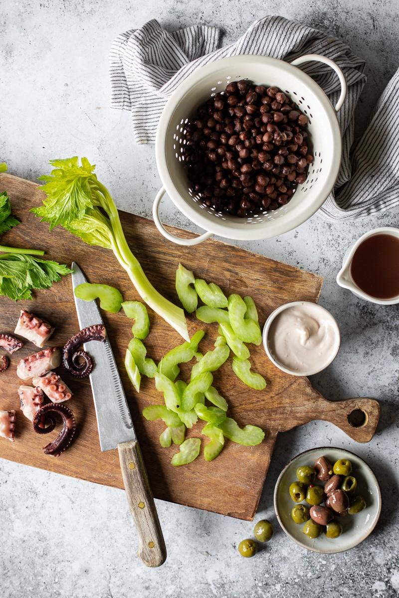 Ingredienti per la preparazione della insalata di polpo e ceci neri con sedano, olive e maionese di polpo