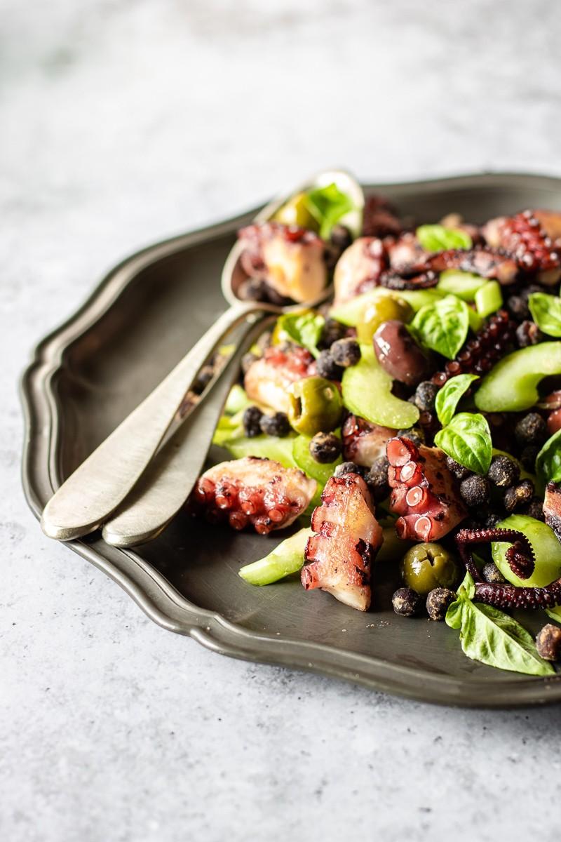 insalata di polpo e ceci neri con sedano, olive e maionese di polpo