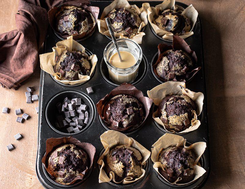 Muffin al cioccolato senza burro e senza zucchero nella teglia per muffin