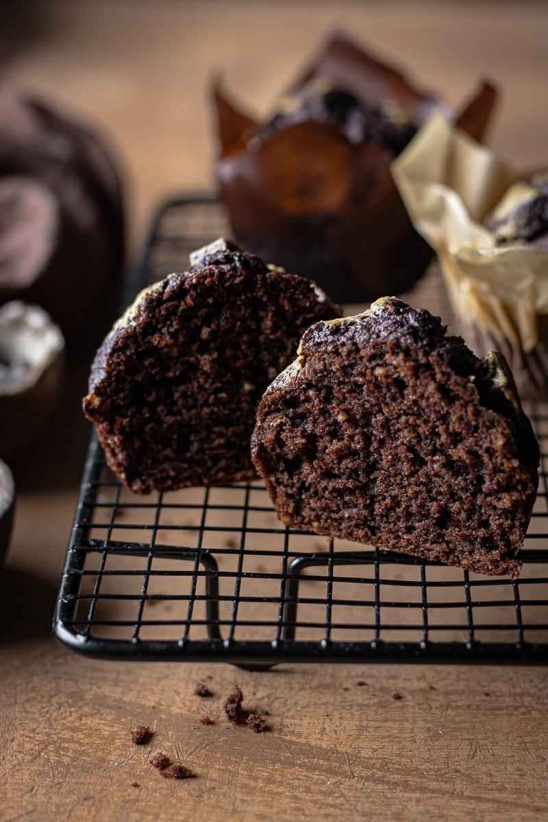 interno di un muffin al cioccolato e tahina senza zucchero e senza burro su una gratella per dolci