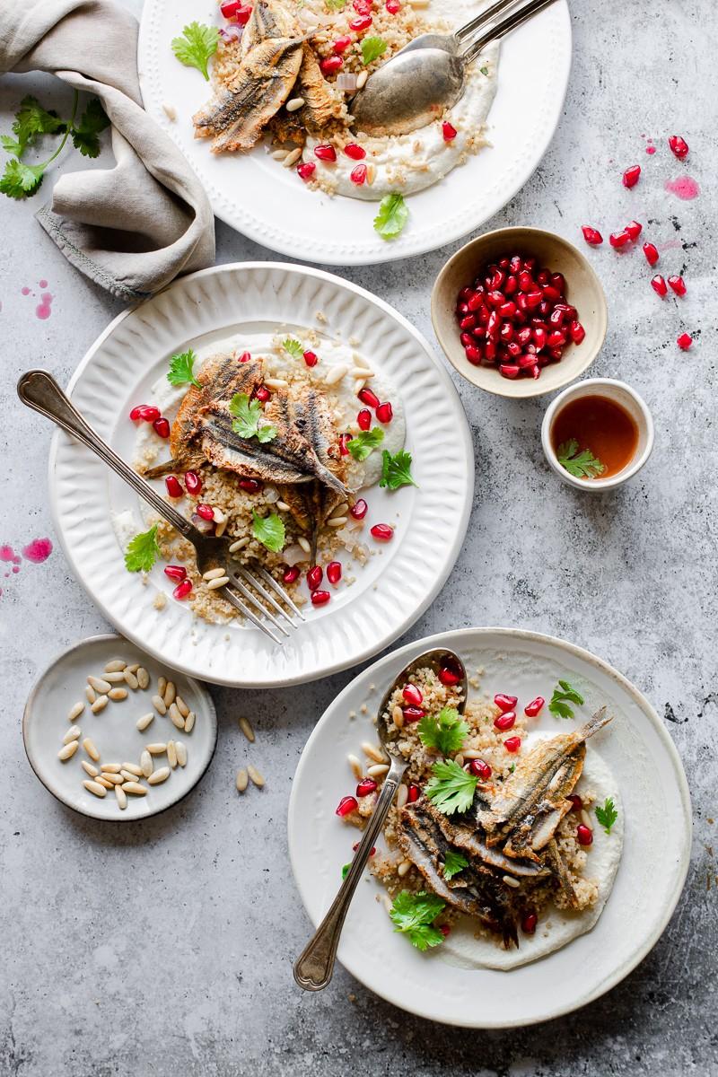 Tre piatti con couscous, purea di cavolfiore, alici e meloggrano