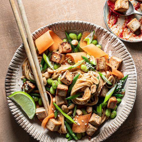 noodles con verdure e salsa piccante alla tahine