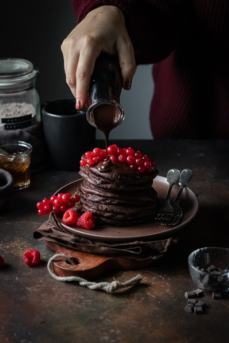 pancake proteici al cioccolato con frutti rossi