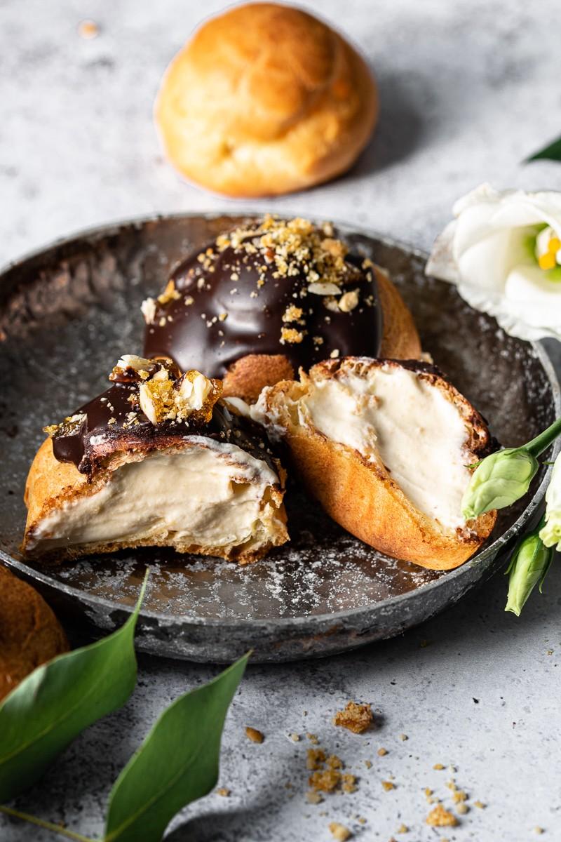 Profiterole al cioccolato ripieno di crema mousseline al pralinato