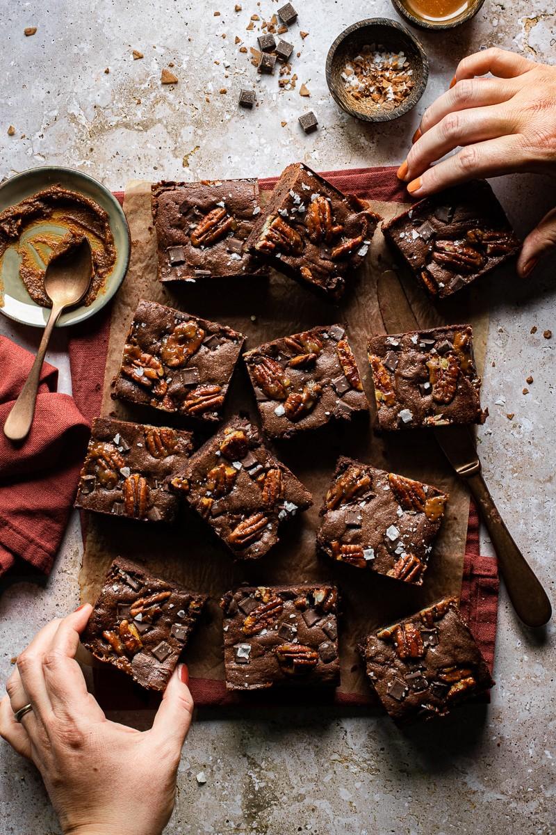 brownies al miso e caramello salato con noci pecan