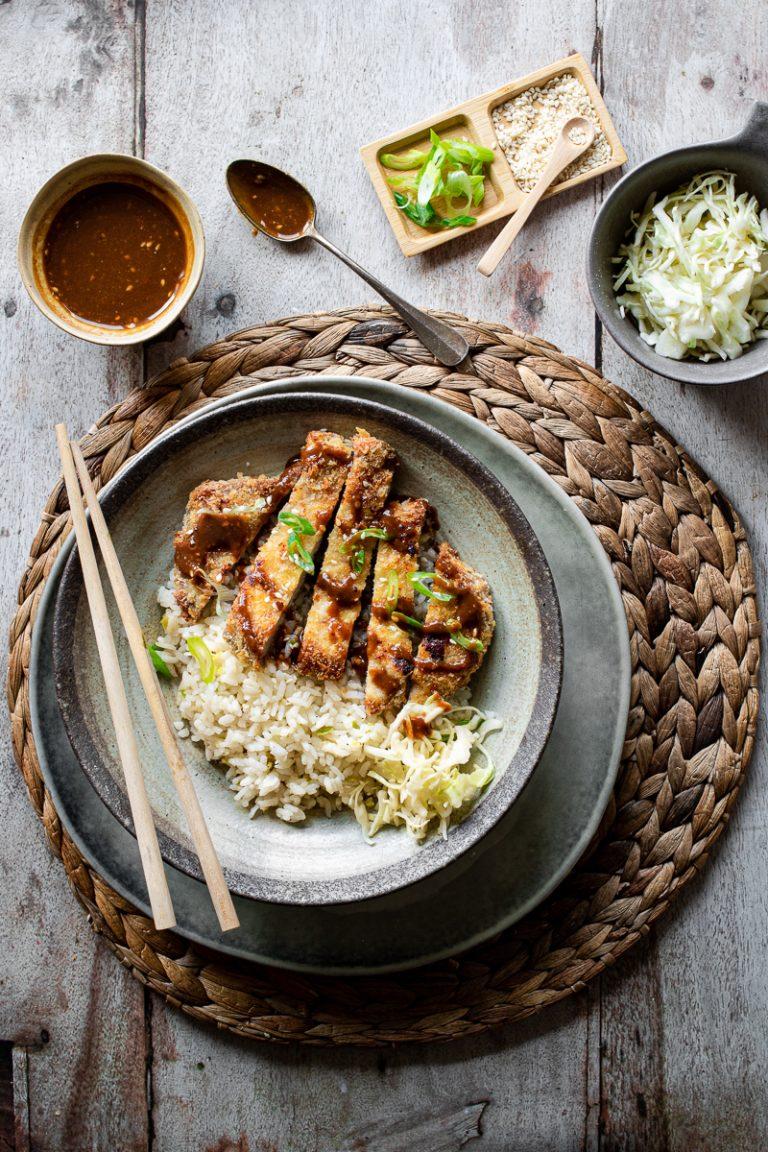 tonkatsu al forno con salsa e riso saltato