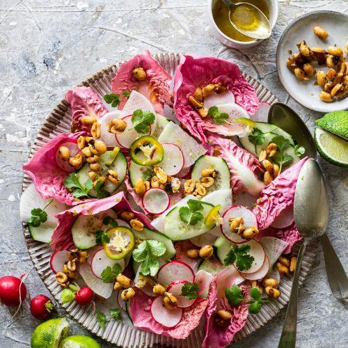 insalata di radicchio e ravanelli con arachidi caramellate piccanti