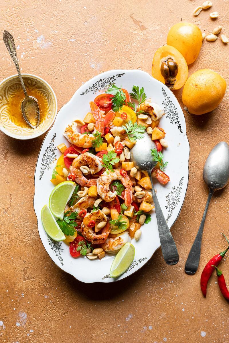 insalata di nespole e gamberi alla thailandese