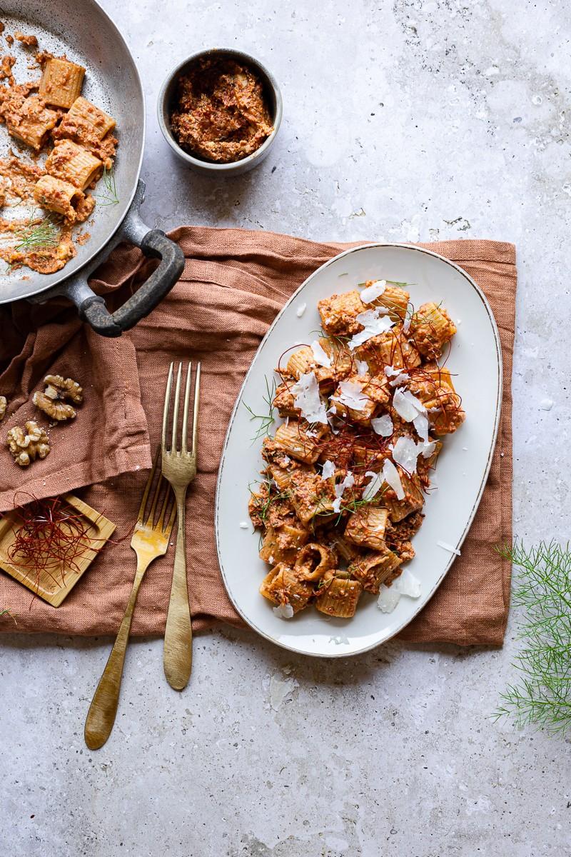 piatto di pasta estiva mezze maniche con pesto di pomodorini secchi