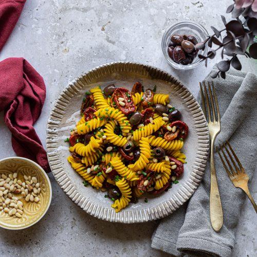 piatto di pasta estiva, fusilli allo zafferano con pomodorini confit a miso