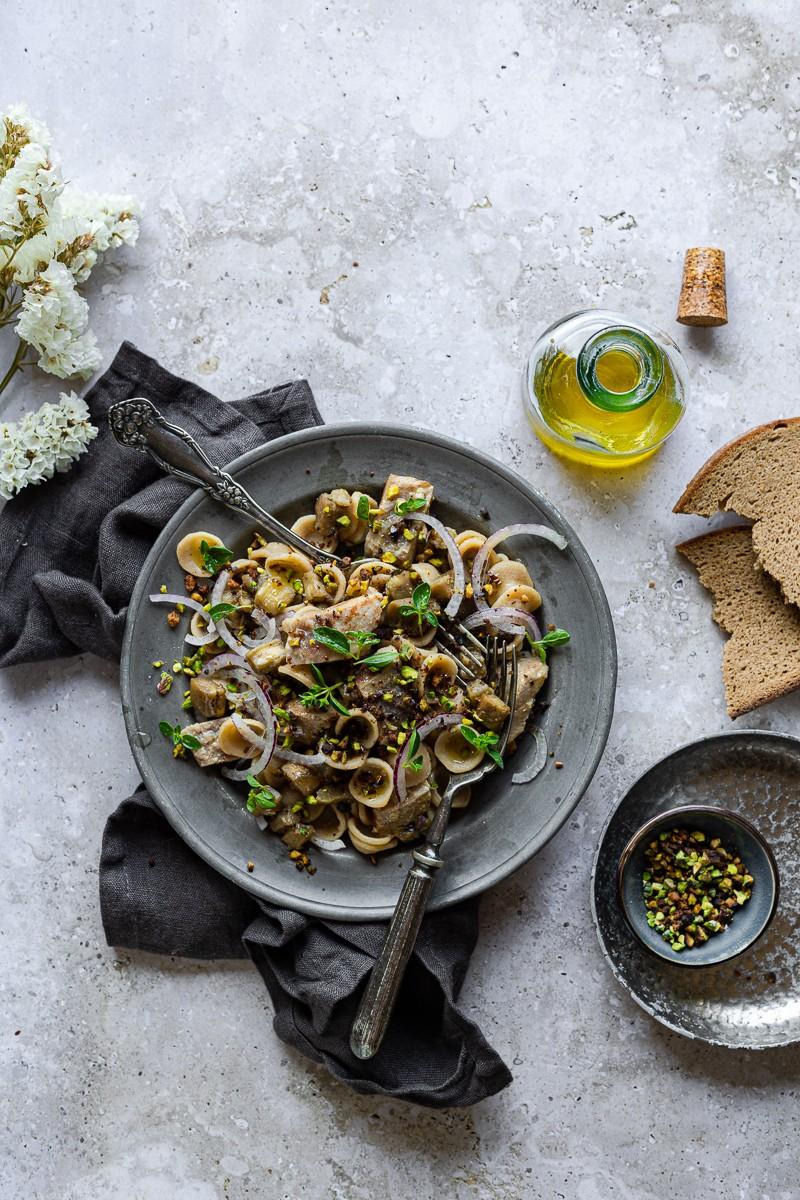piatto di pasta estiva, orecchiette integrali con tonno melanzane e pistacch
