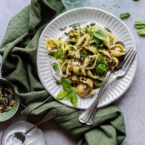 piatto di pasta estiva, conchiglie con feta montata e zucchine