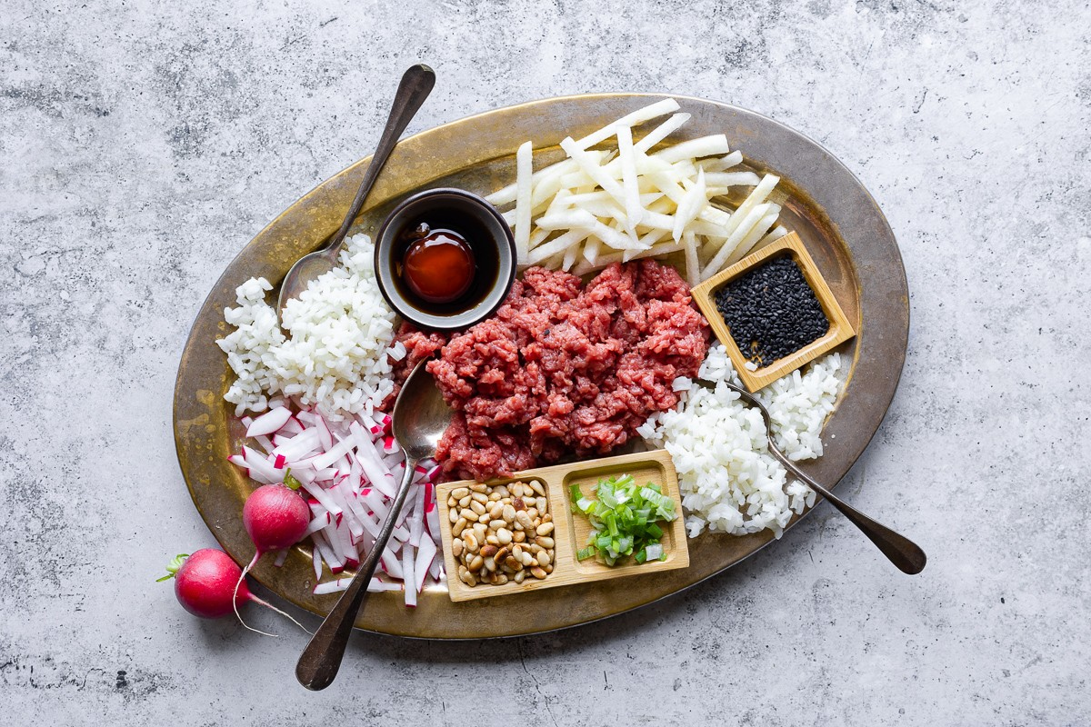 vassoio con ingredienti per preparare la tartare di manzo alla coreana